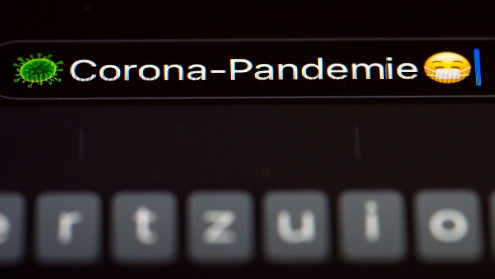 """Corona-Pandemie"" steht auf dem Display eines Mobiltelefons.  | Bild:pa / dpa"
