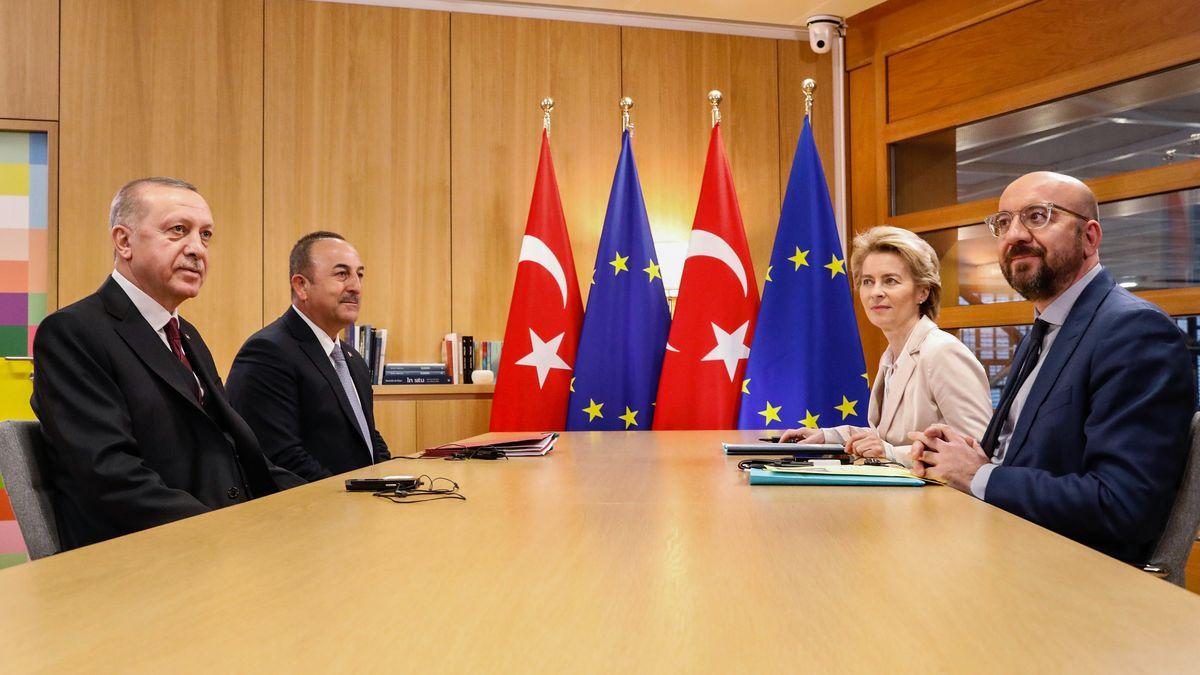 Charles Michel, Ursula von der Leyen,  Mevlut Cavusoglu und Recep Tayyip Erdogan beim Treffen in Brüssel.
