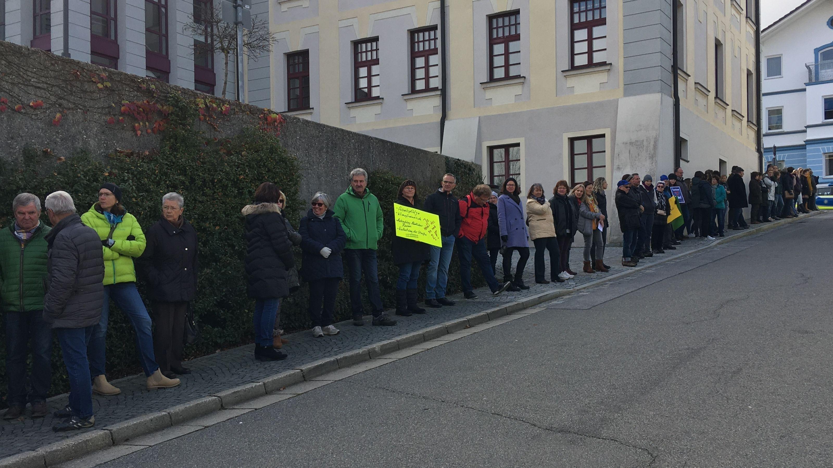 Über 400 Menschen bildeten eine Menschenkette in Viechtach zwischen Rathaus und Bahnhof