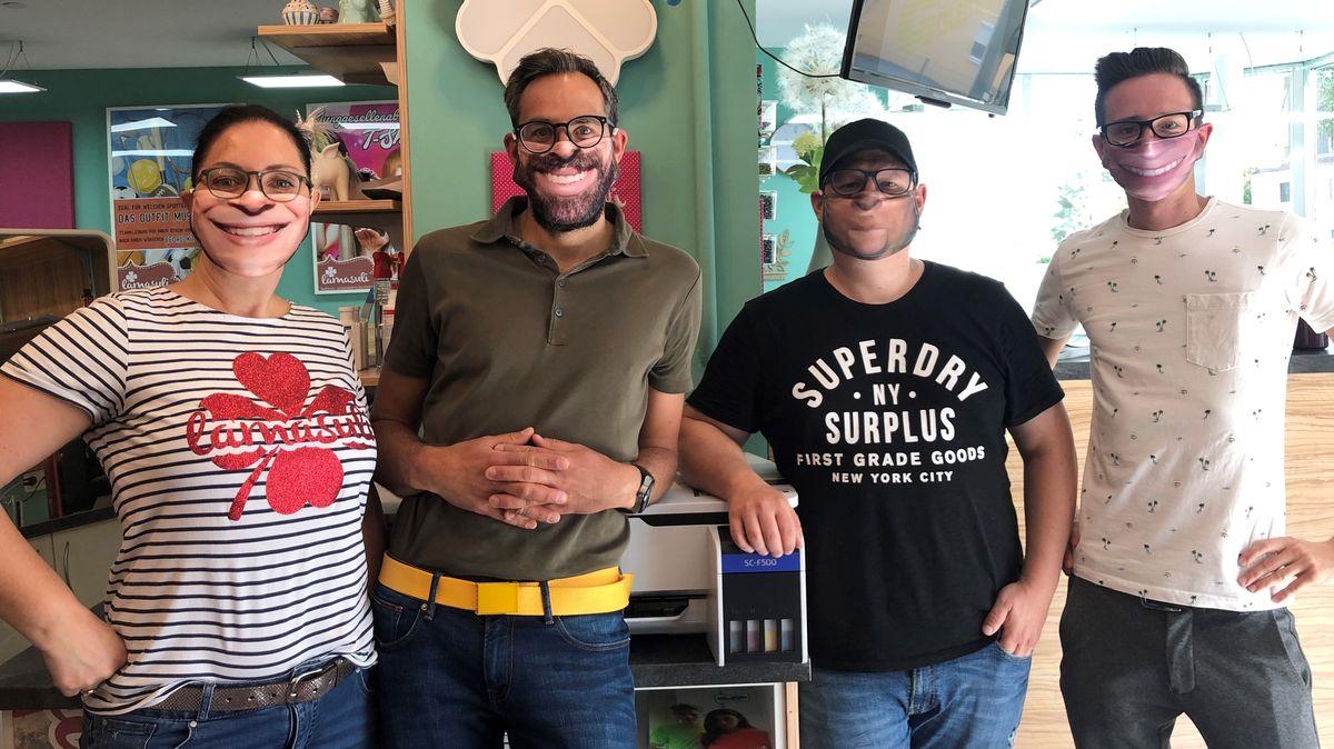 Die Druckerei-Besitzer und das Fotobox-Team mit den lachenden Masken