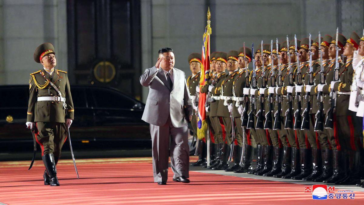 Kim Jong Un (M), Machthaber von Nordkorea bei der Militärparade