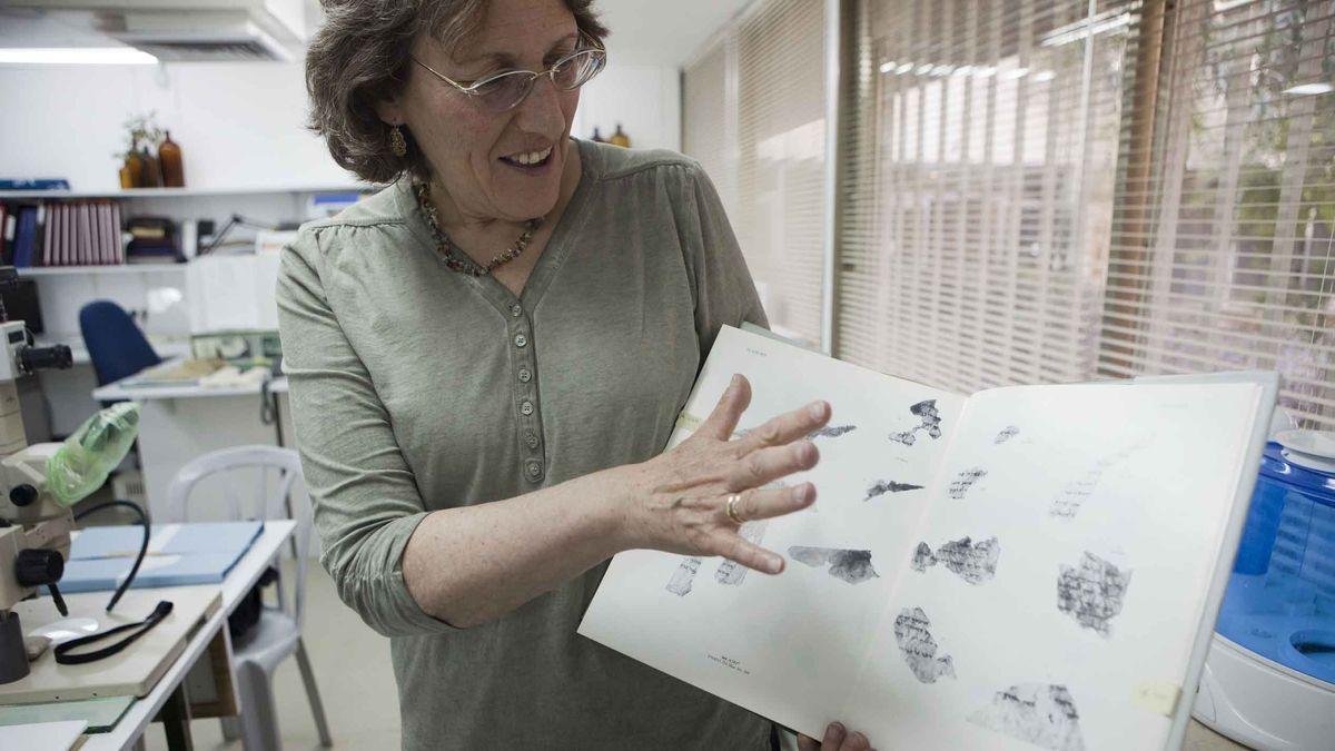 Pnina Shor zeigt Fragmente der Qumran-Rollen.