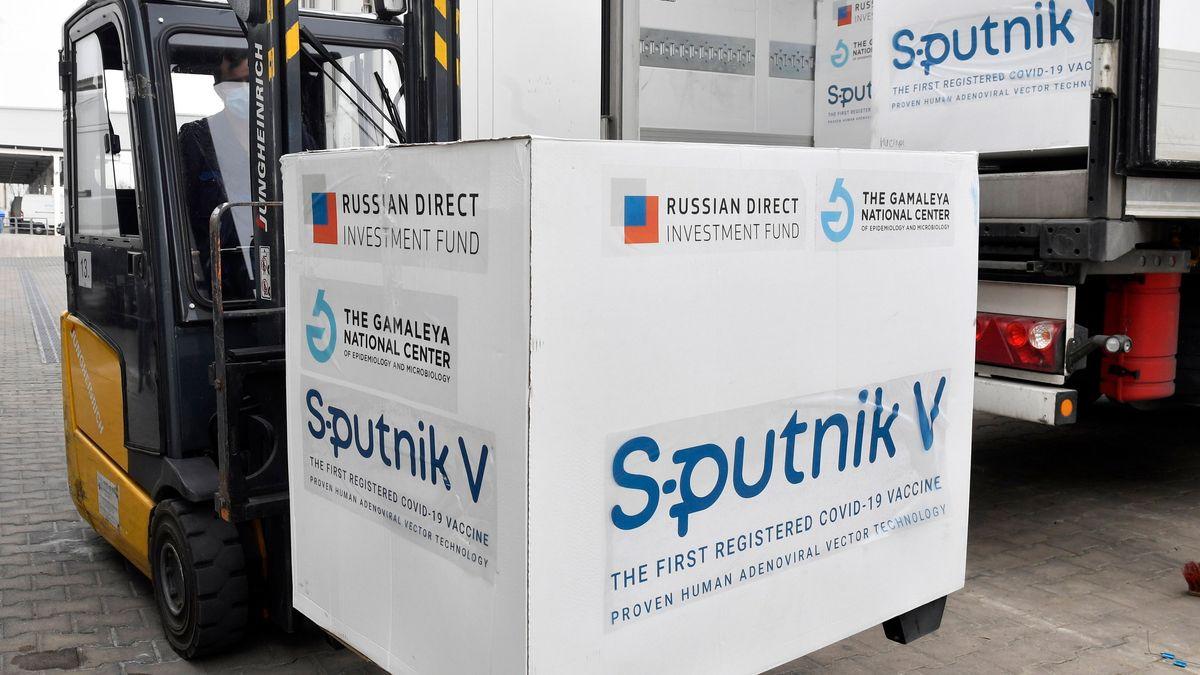 Kisten mit Dosen des russischen Corona-Impfstoffs Sputnik V werden in Ungarn ausgeladen