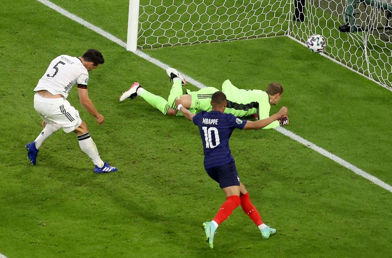 EM, Frankreich - Deutschland, Vorrunde, Gruppe F, 1. Spieltag in der EM-Arena München. Deutschlands Mats Hummels (l) erzielt ein Eigentor. Frankreichs Kylian Mbappe (vorne, Mitte) jubelt darüber.