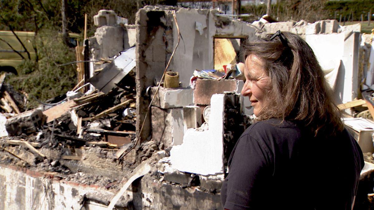 Natascha Glasow vor den Trümmern der Wertacher Mühle
