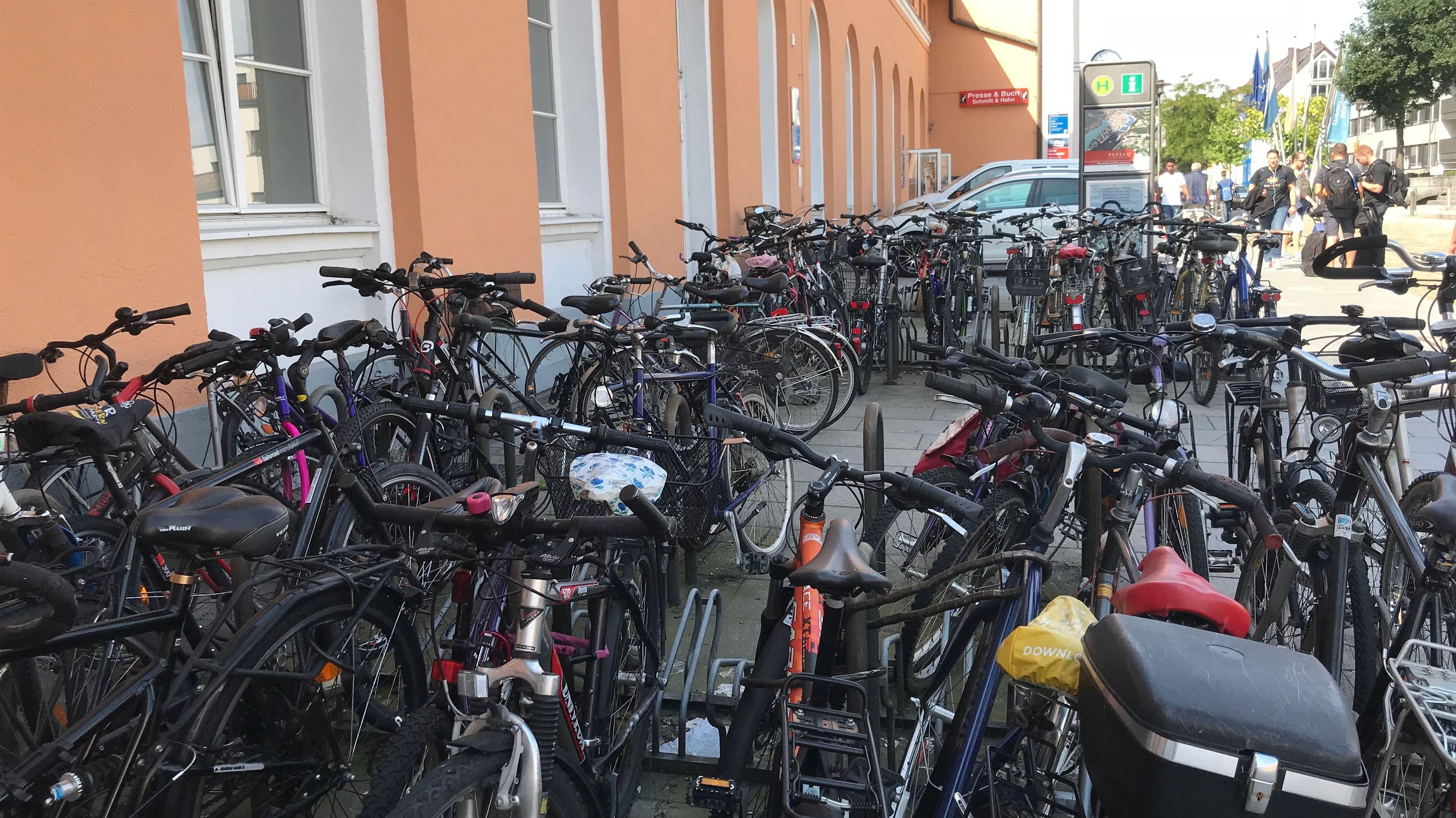 Fahrräder dicht an dicht am Passauer Hauptbahnhof