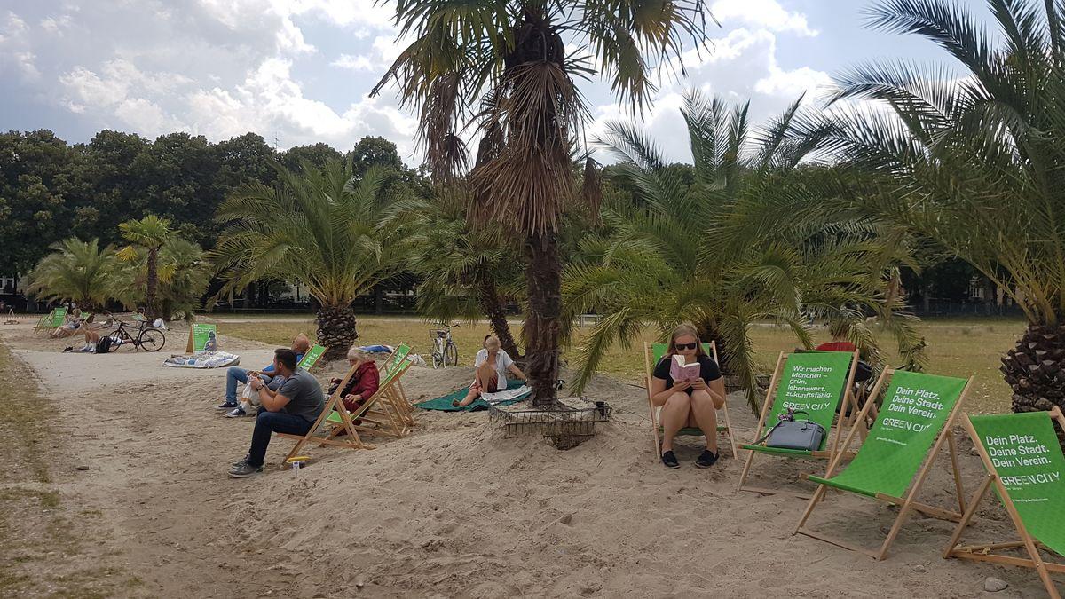 Ein bissl Südsee-Feeling: Auf der Theresienwiese kann man den Sommer heuer unter Palmen genießen...
