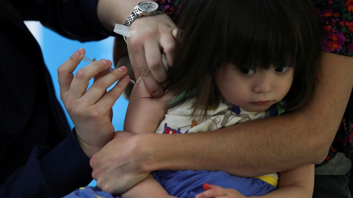 Ein Kind bei einer Impfung