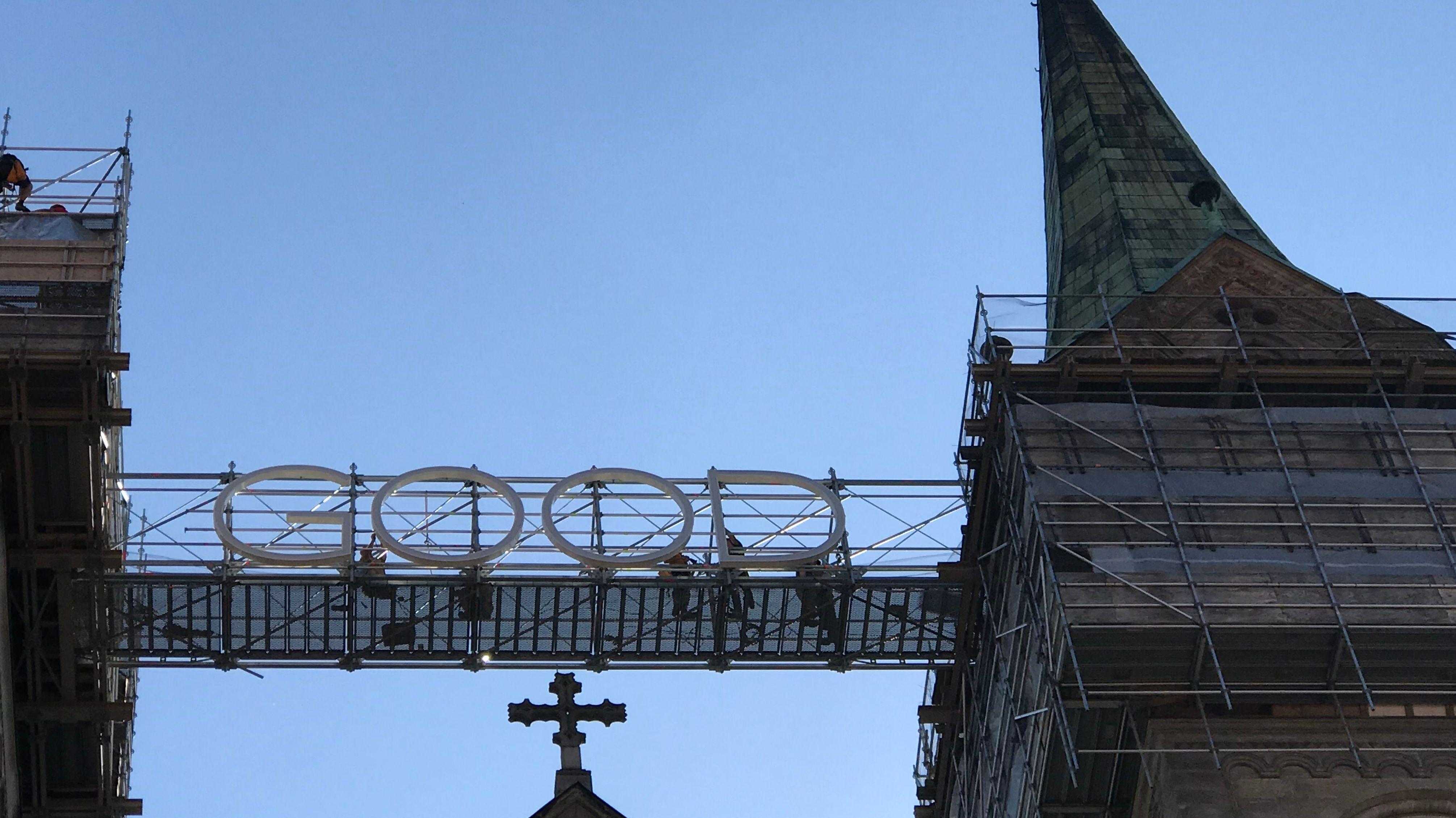 """Zwischen den beiden Türmen des Bamberger Doms ist in großen Buchtstaben der Schriftzug """"Good"""" angebracht."""