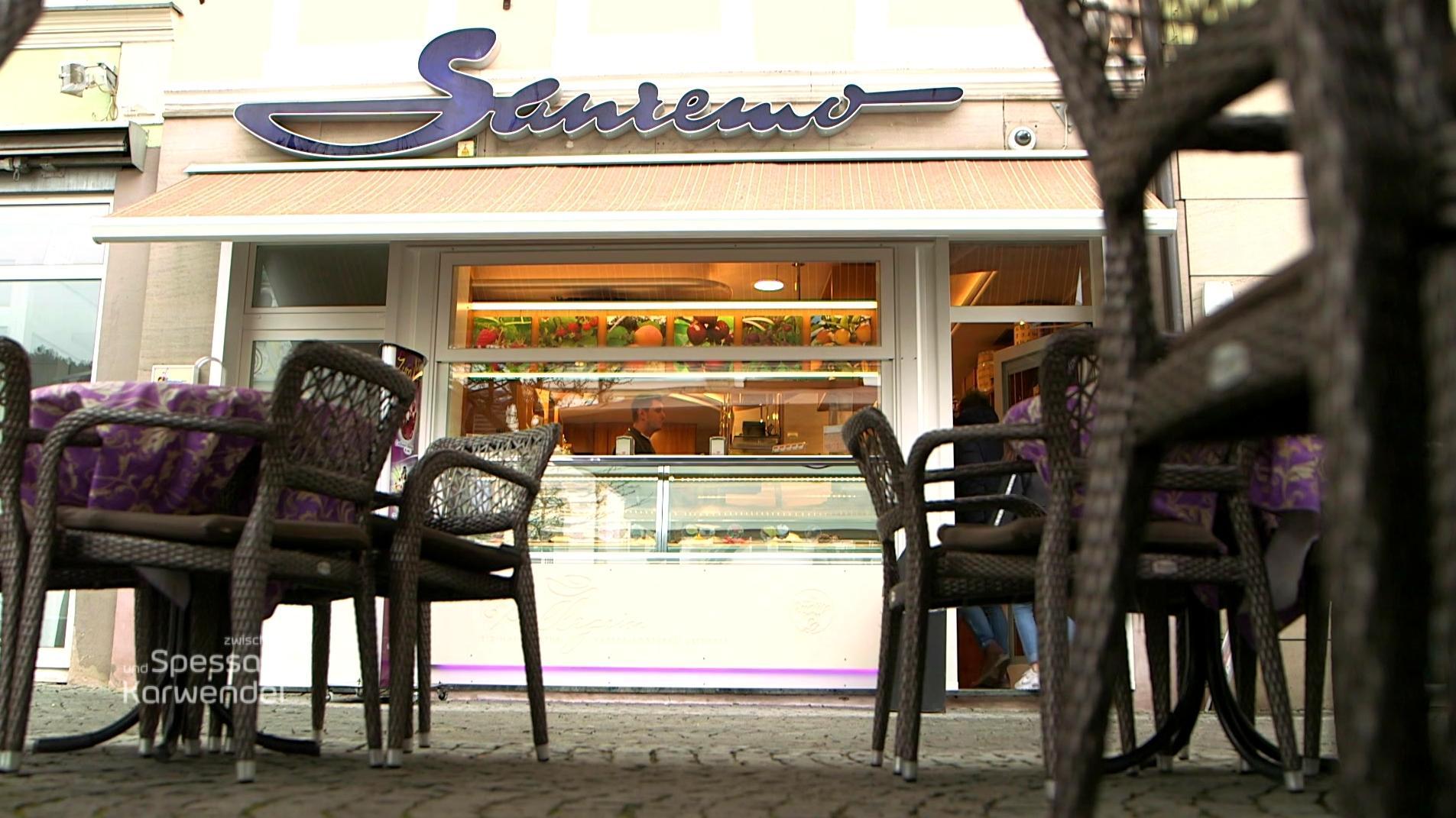 Die Eisdiele Sanremo in Kulmbach, davor stehen Stühle.