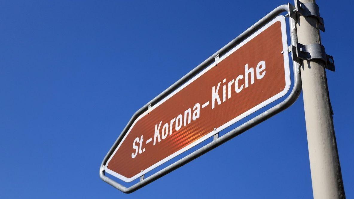 Wegweiser zeigt St. Korona-Kirche in Koppenwall/Pfeffenhausen