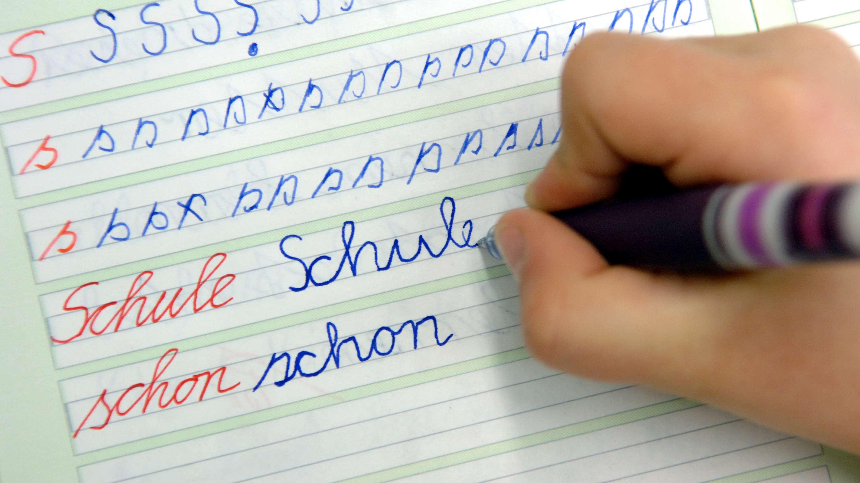 Schulkind bei Schreibübungen in der Dorfschule Görzig