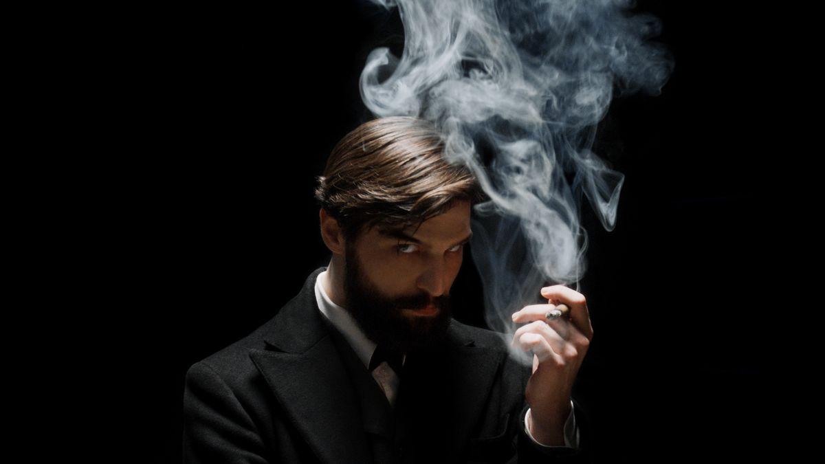 Blick und Zigarrenrauch wandern vielsagend nach oben: Der Österreicher Robert Finster spielt den jungen und bereits vollbärtigen Sigmund Freud