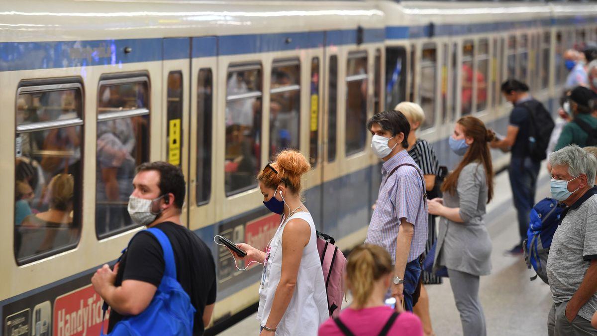 Fahrgäste mit Mundnasenschutz in der Münchner U-Bahn (Symbolbild)