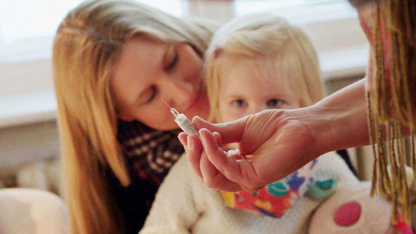 Eine Mutter mit ihrer kleinen Tochter kurz vor der Impfung beim Kinderarzt.