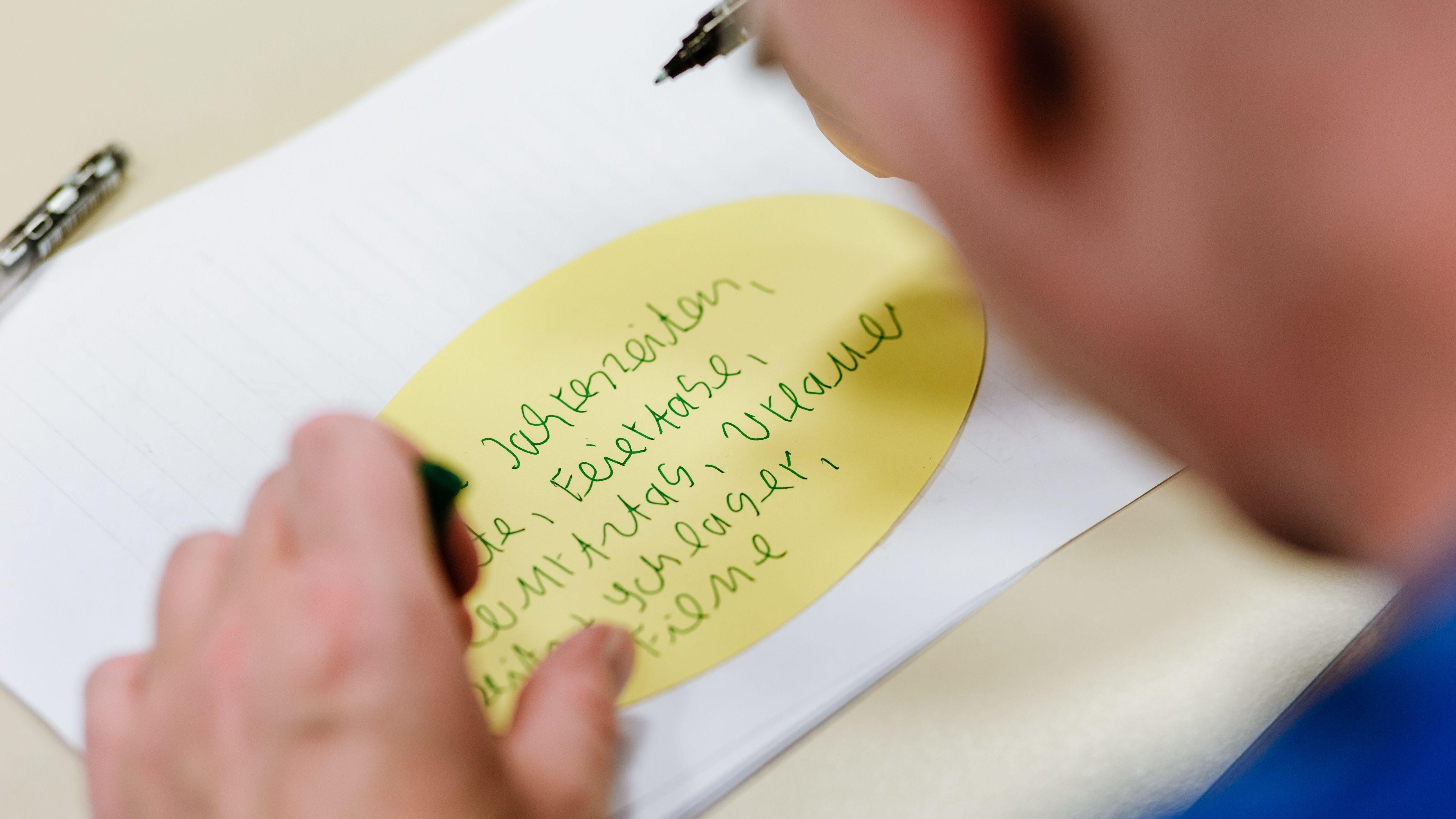 Ein Erwachsener übt sich in einem Schreibkurs