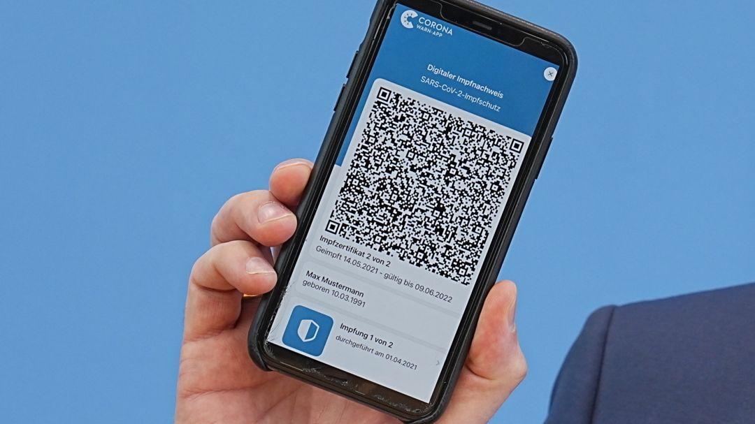 Jens Spahn (CDU), Bundesminister für Gesundheit, zeigt die App zum digitalen Impfpass bei der regelmäßigen Pressekonferenz zur Corona-Lage.