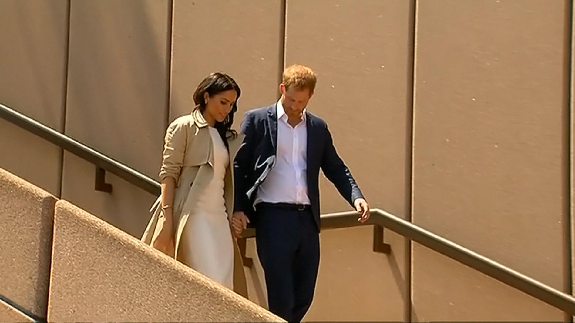 Harry und Meghan laufen ein Treppe herunter