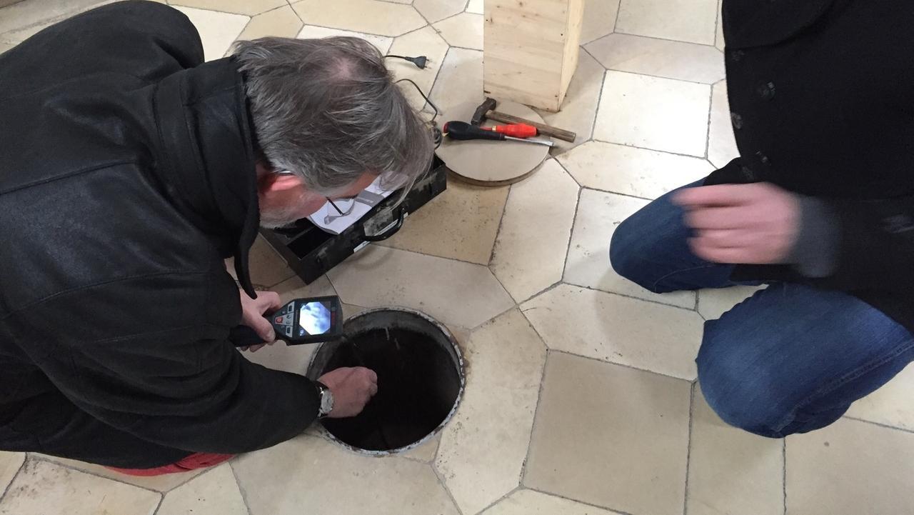 Christian Schedler, Leiter des Kulturamts und Markus Fischer, Leiter des Heimatmuseums Mindelheim untersuchen den Boden unter der Mindelheimer Kirche