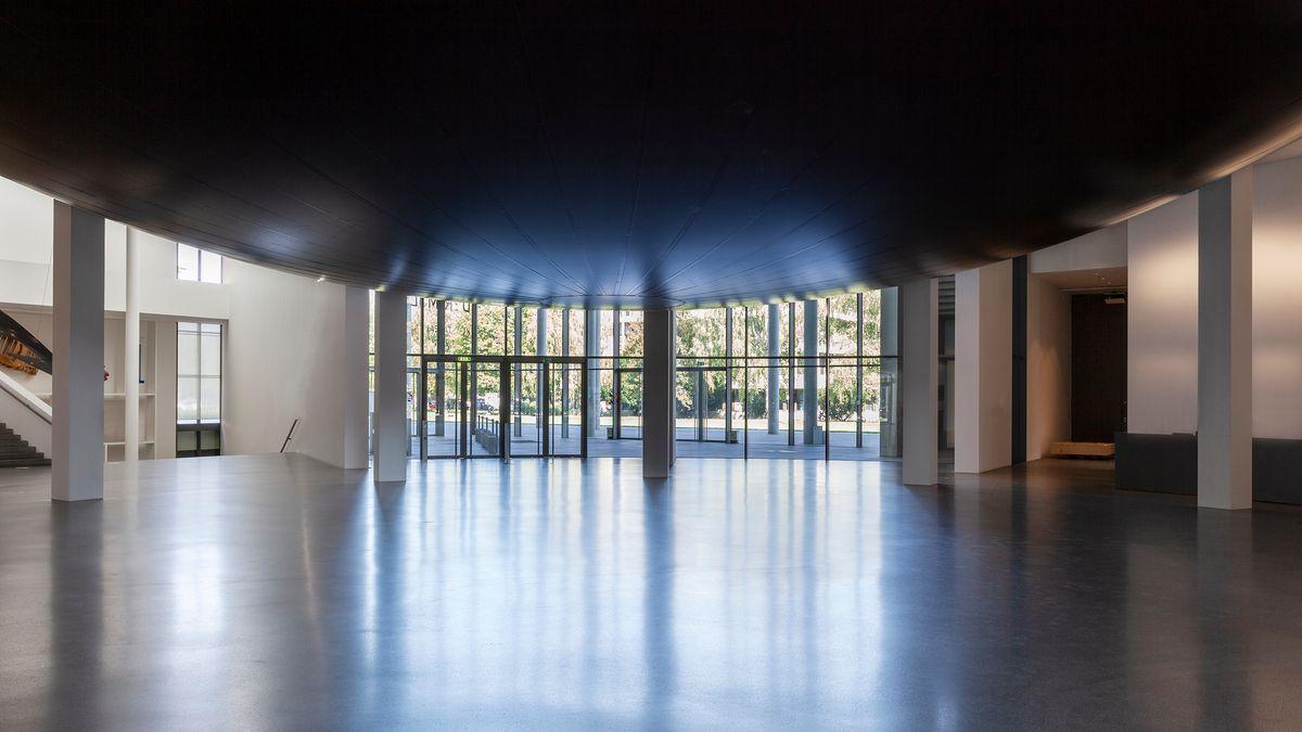 Unterseite einer großen schwarzen Gummikugel im Eingangsbereich der Pinakothek der Moderne