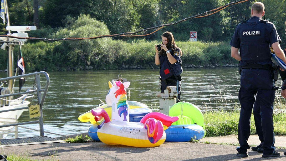 Eine Polizistin fotografiert die Gummi-Schlauchboote, mit denen die Ausflügler gekentert waren