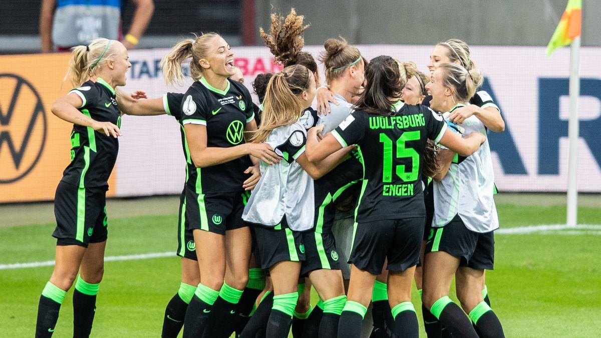 Jubelnde Wolfsburg-Spielerinnen nach dem Pokalsieg