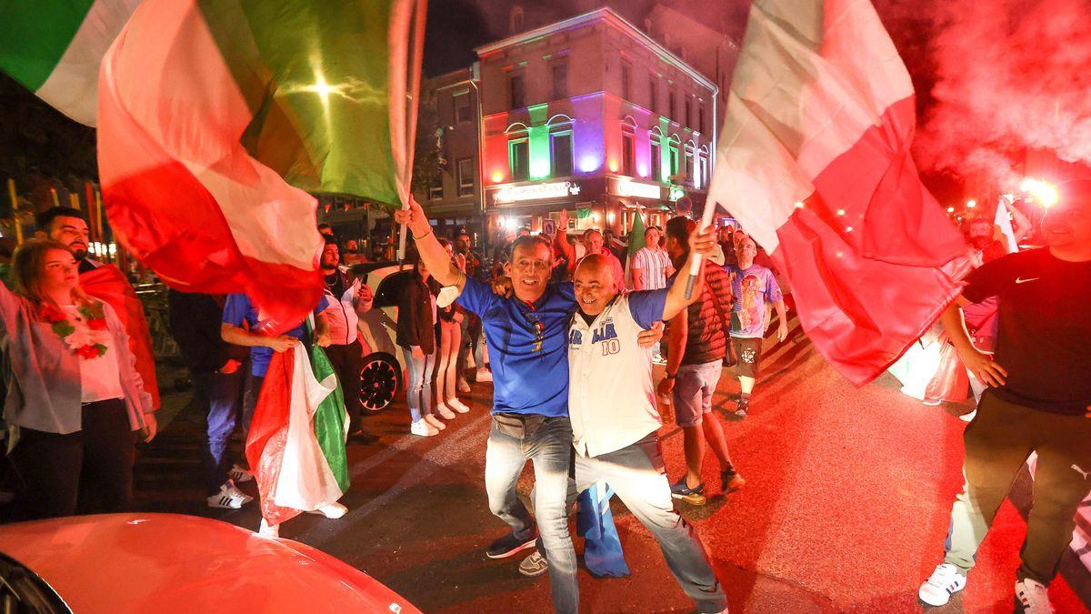 Feiernde italienische Fans auf der Straße mit Autokorso und Pyrofeuer
