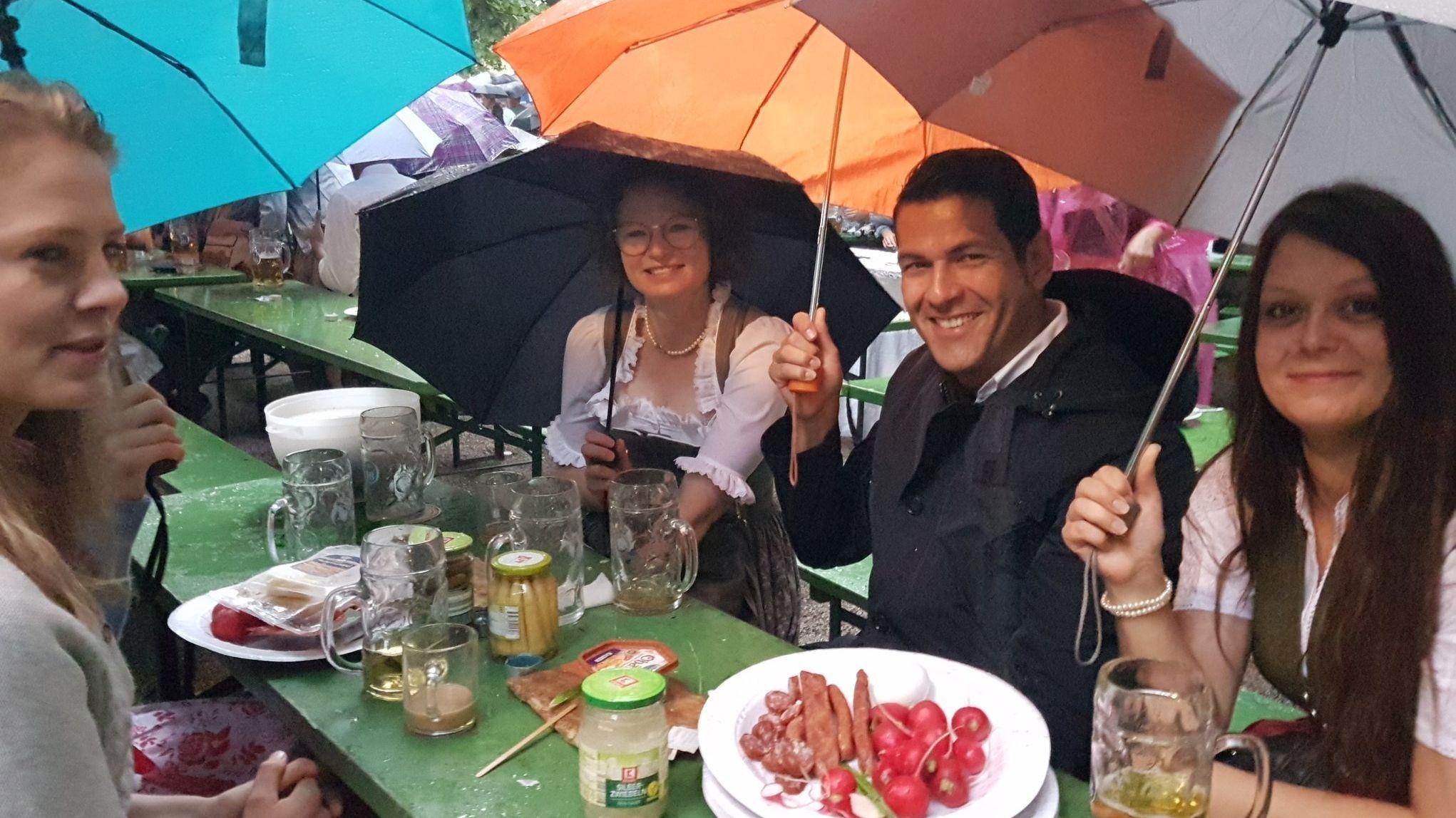 Bier, Brotzeit und Tanzvergnügen trotz Regen: Der Kocherlball in München am 21.07.2019.