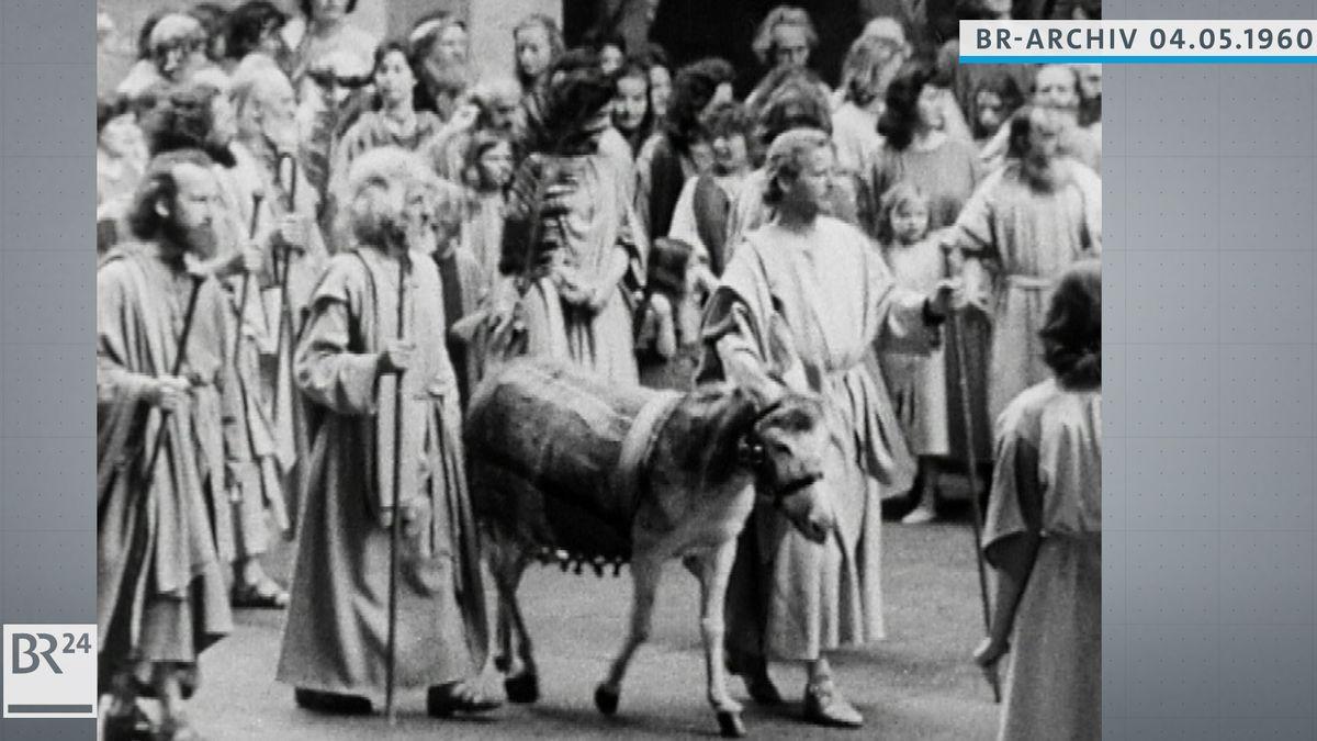 Passionsspiel Oberammergau: Einzug Jesu in Jerusalem, Jesu neben einem Esel gehend