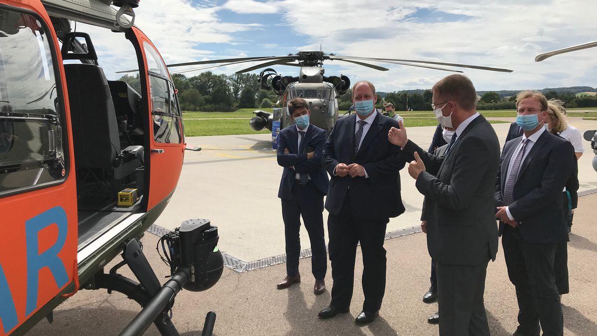 Kanzleramtschef Helge Braun bei Airbus-Helicopters vor einem Hubschrauber