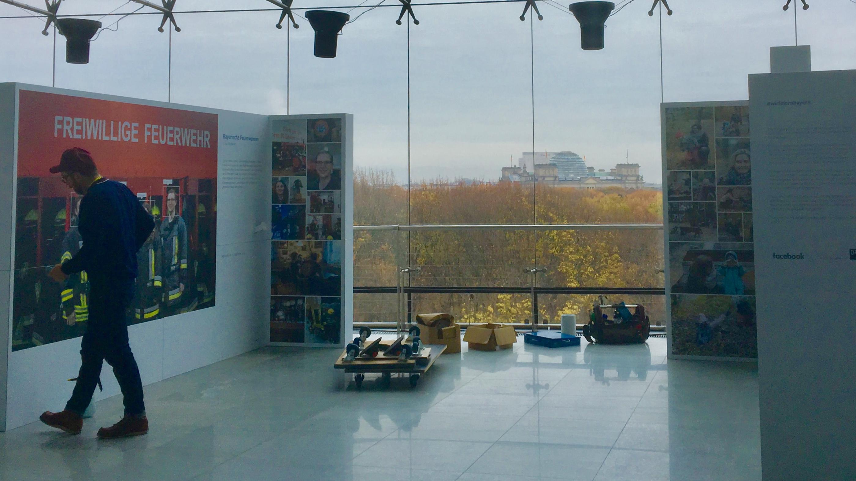 Aufbau der Ausstellung in Berlin, mit Blick auf den Reichstag