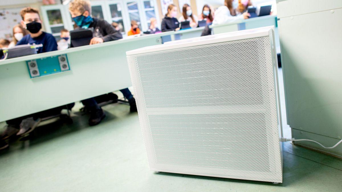 Ein Luftfiltergerät steht in einem Klassenzimmer. (Symbolbild)