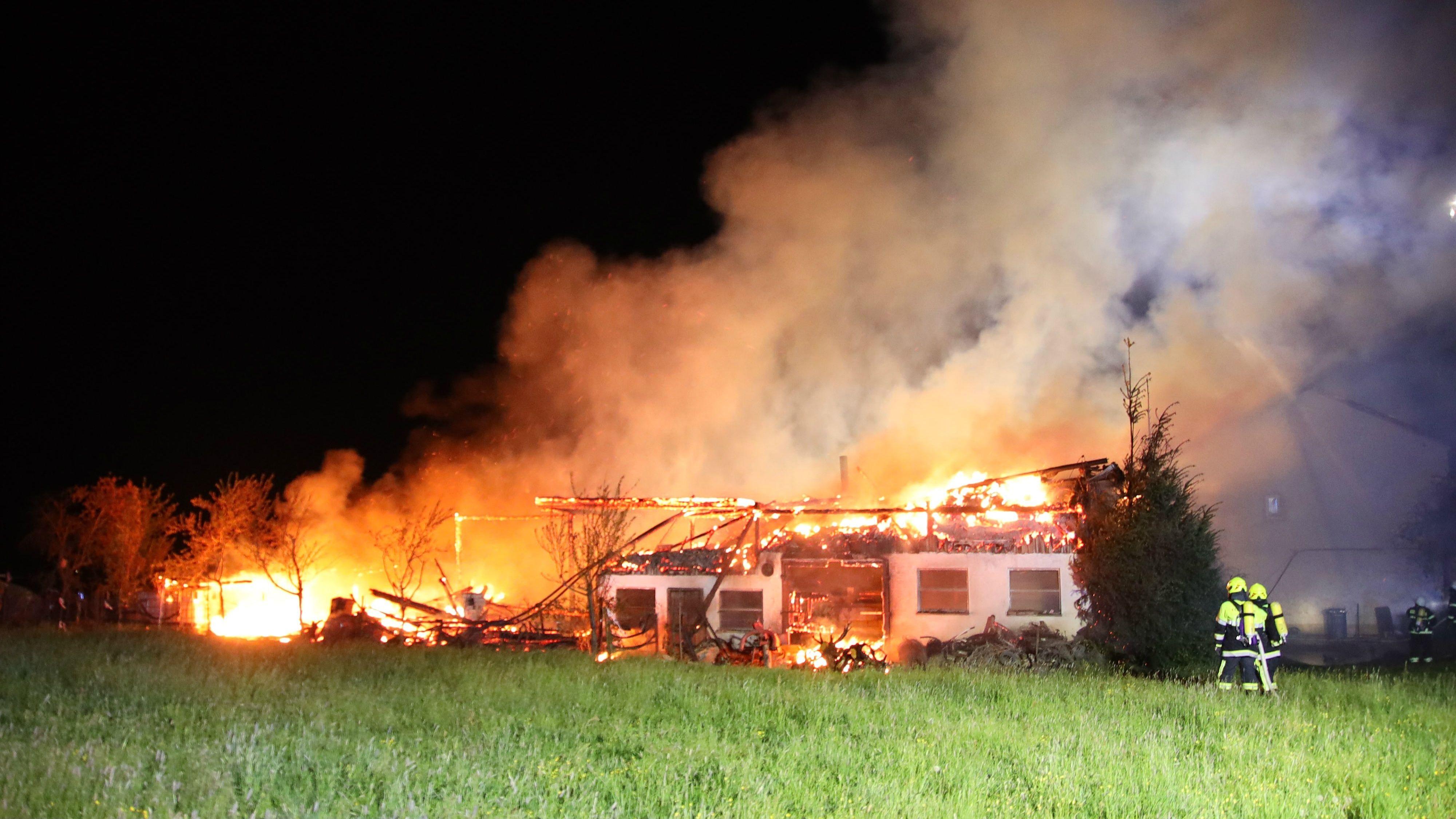 Die Maschinenhalle in Kleinlintach steht in Flammen