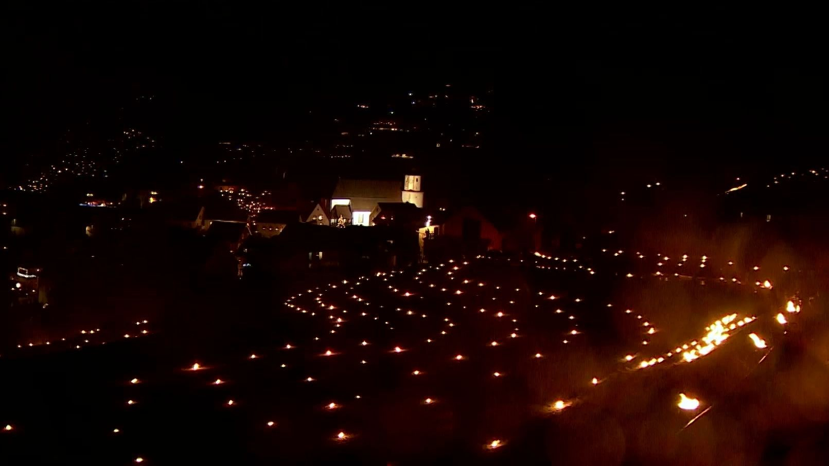 Panorama-Blick auf Obertrubach mit leuchtenden Kerzen im Dunkeln
