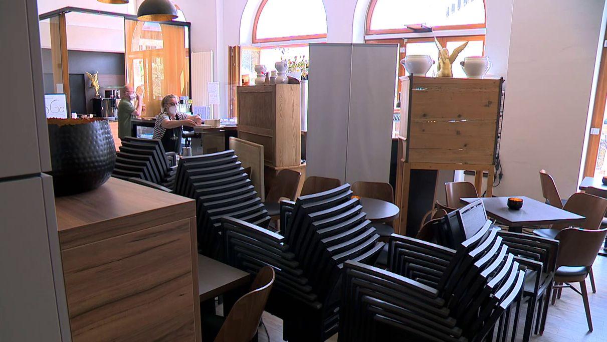 Gestapelte Stühle stehen in einem Bayreuther Café.