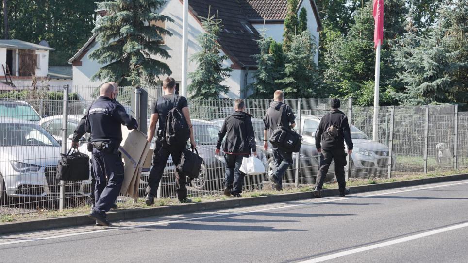 LKA Mecklenburg-Vorpommern und Landesbereitschaftspolizei führen Durchsuchungen im Raum Neubrandenburg durch.