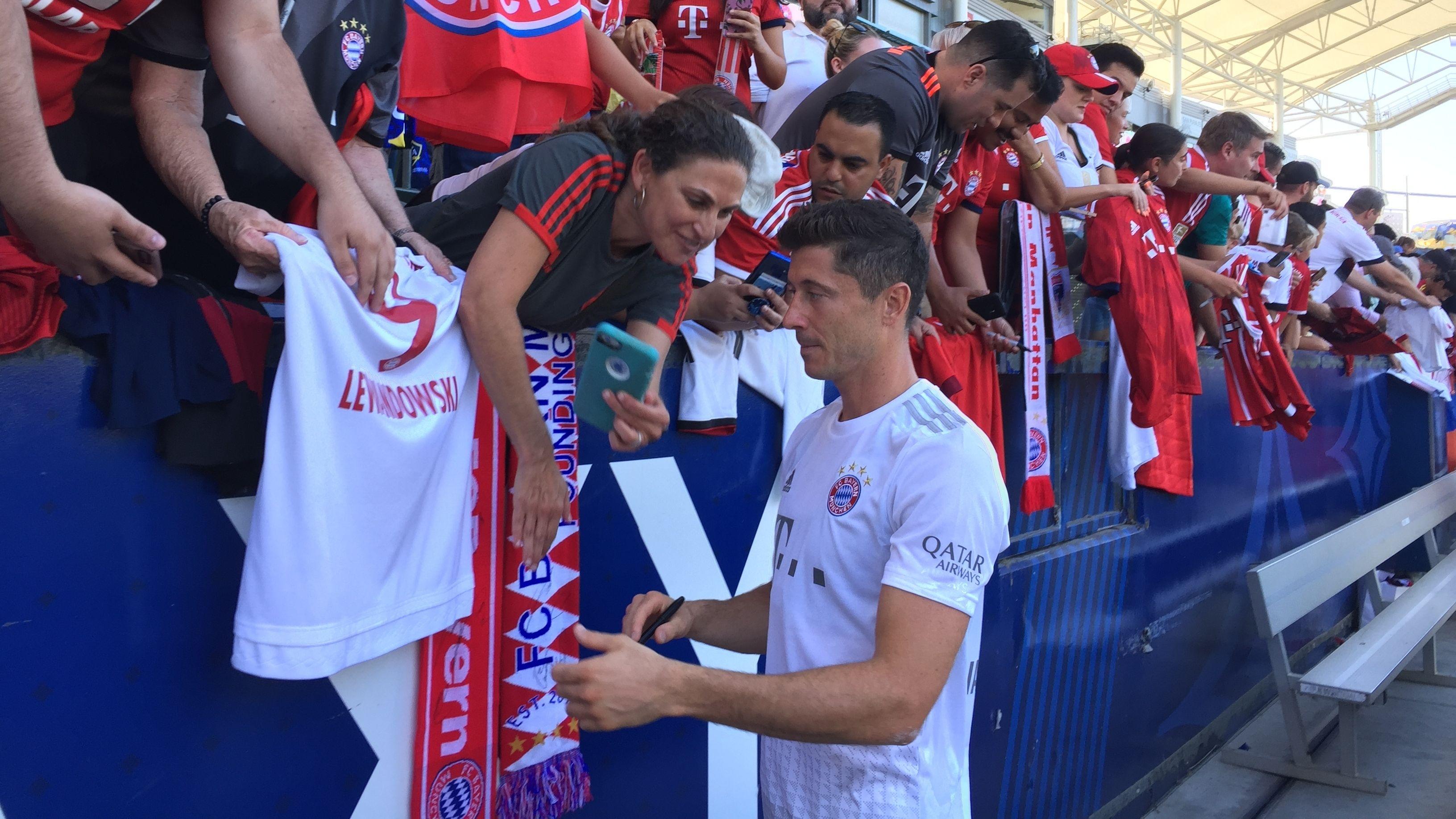 Robert Lewandowski gibt Autogramme beim Training im Stadion von Los Angeles Galaxy
