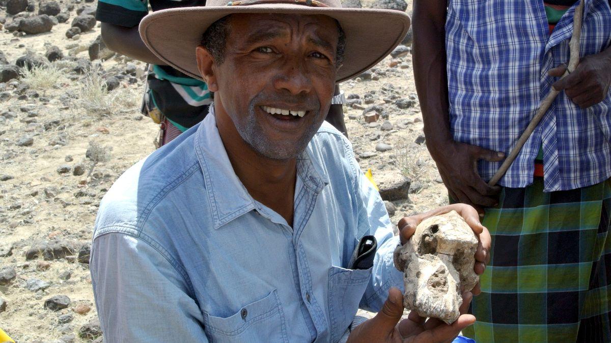 Yohannes Haile-Selassie mit dem versteinerten Schädelknochen, der rund 3,8 Millionen Jahre alt und etwas größer als eine Faust ist.