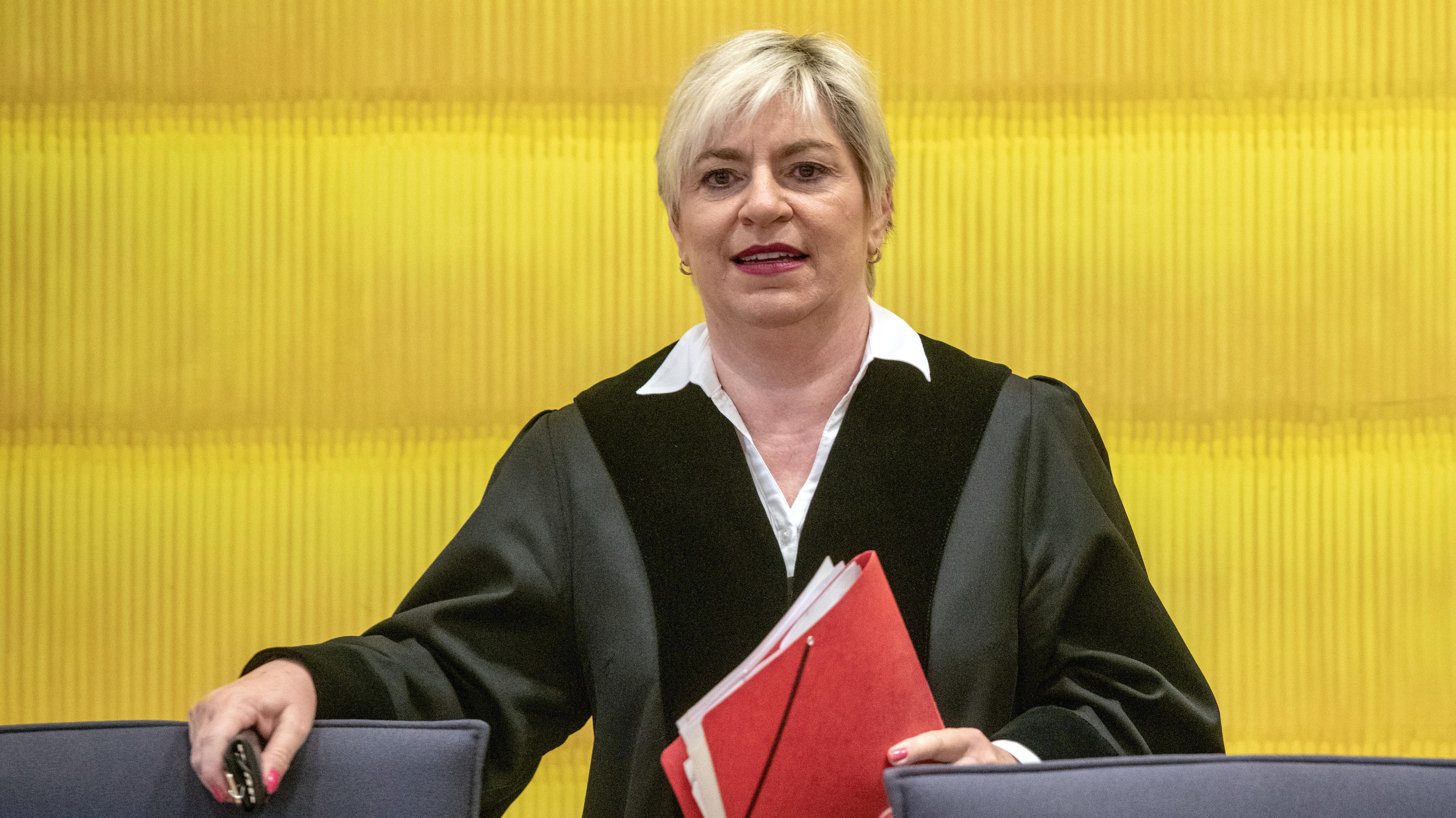 Die Vorsitzende Richterin Elke Escher steht im Verhandlungssaal des Landgerichts