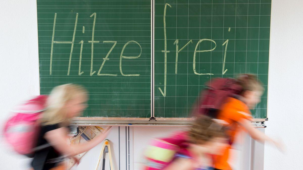 Illustration: Kinder rennen aus dem Klassenzimmer