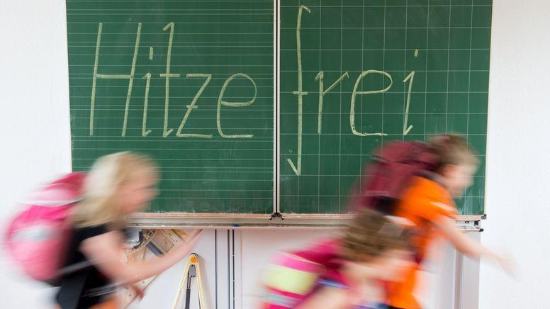 Illustration: Kinder rennen aus dem Klassenzimmer | Bild:picture alliance / dpa | Sebastian Kahnert
