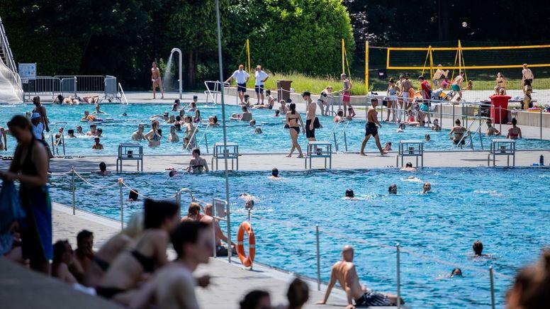 Volles Freibad | Bild:dpa-Bildfunk/Rolf Vennenbernd