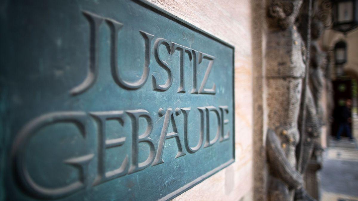 Eingang zum Nürnberger Justizgebäude