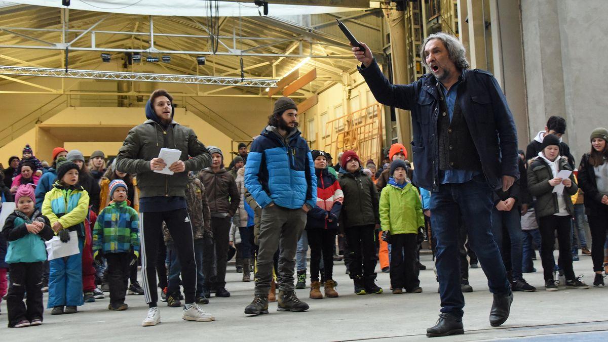 Der Regisseur Christian Stückl steht mit Darstellern bei der ersten Probe für die Oberammergauer Passionsspiele auf der Bühne.