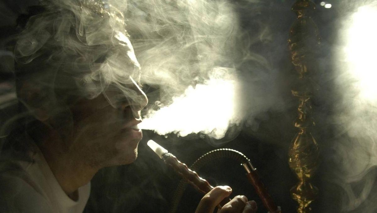 Symbolbild: Ein Mann raucht Shisha