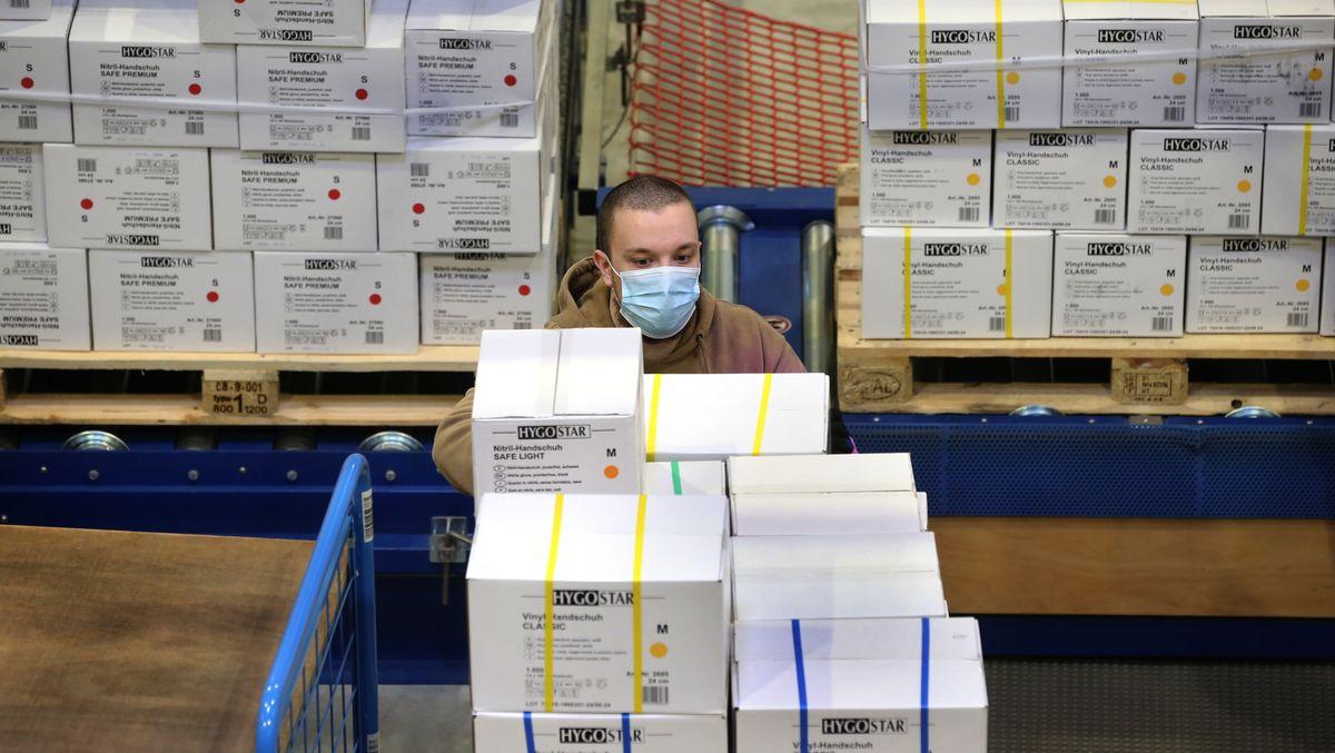 Im schwäbischen Buchloe rüstete sich die Franz Mensch GmbH, die mit Schutzausrüstung handelt, im April für 80 Millionen verkaufte Produkte.