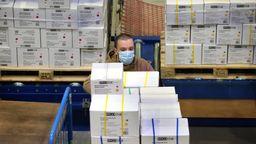 Im schwäbischen Buchloe rüstete sich die Franz Mensch GmbH, die mit Schutzausrüstung handelt, im April für 80 Millionen verkaufte Produkte.  | Bild:Picture Alliance/dpa/Karl-Josef Hildenbrand