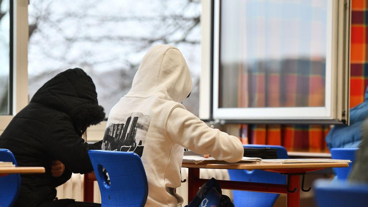 Schüler sitzen bei geöffneten Fenster im Unterricht