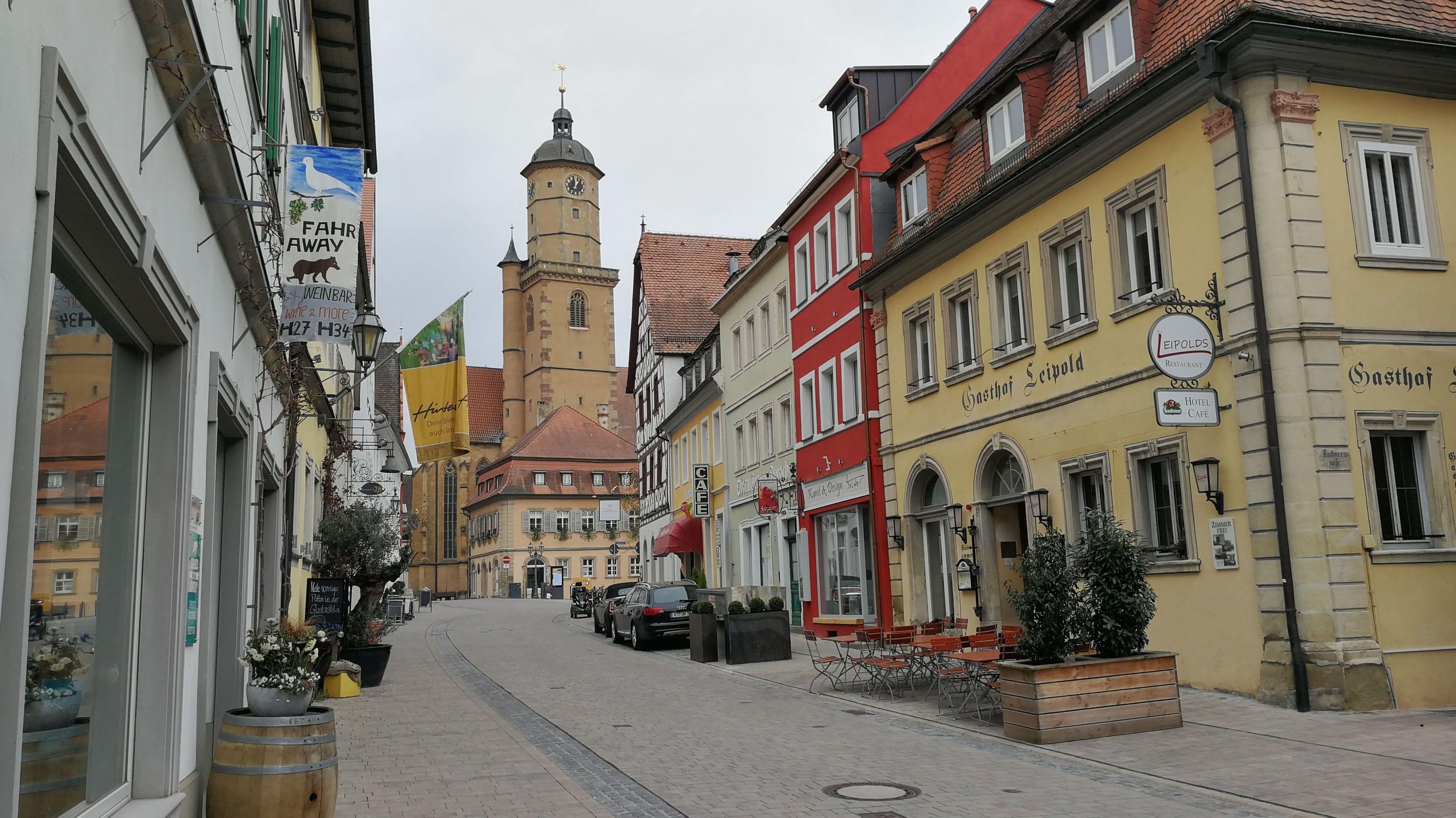 Menschenleere Hauptstraße im Touristenort Volkach