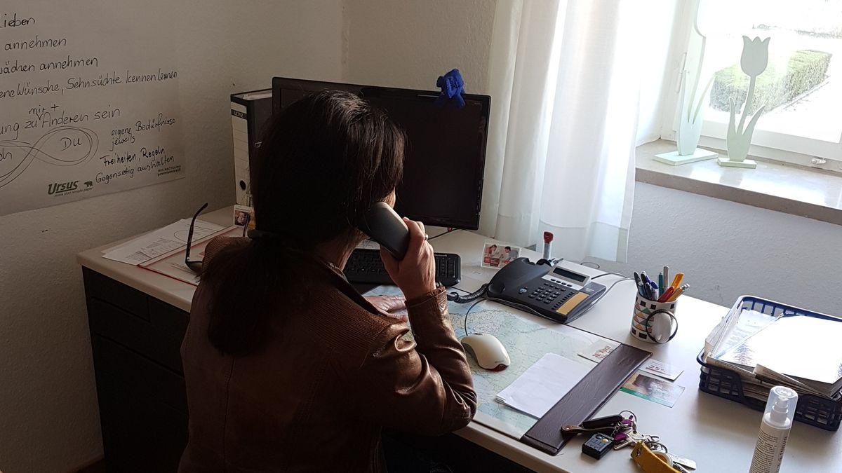 Mitarbeiterin des Kinderschutzbundes am Telefon